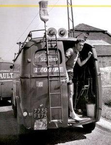 11 renault_1957_broom_wagon