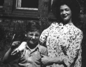 34 john lennon met zijn moeder julia