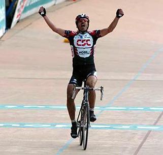 Tien jaar geleden: Fabian Cancellara wint zijn eersteParijs-Roubaix