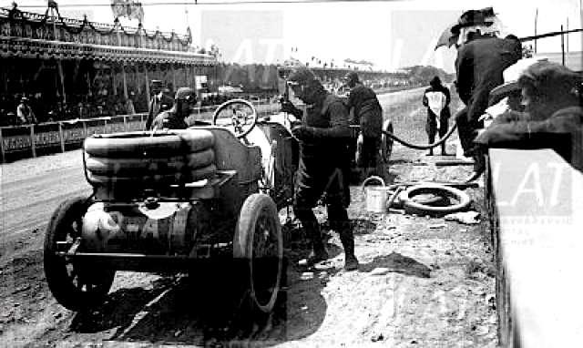 115 jaar geleden: eerste autorace op een geslotenomloop