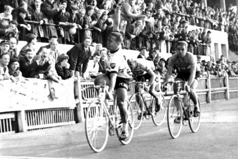 55 jaar geleden: Emile Daems klopt Rik Van Looy inParijs-Roubaix