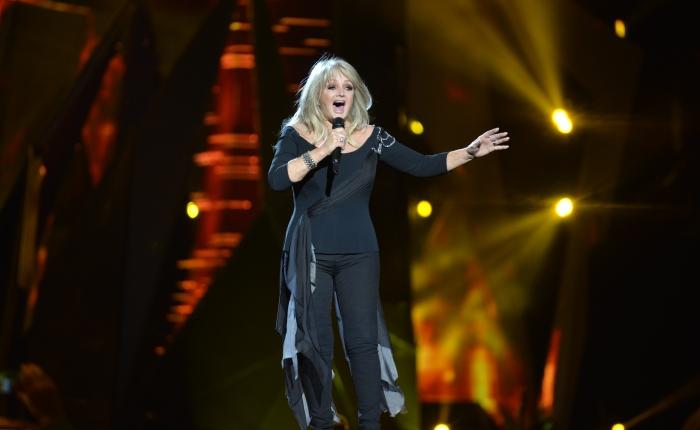 Bonnie Tyler schittert, schatert en schettert in alletoonaarden!
